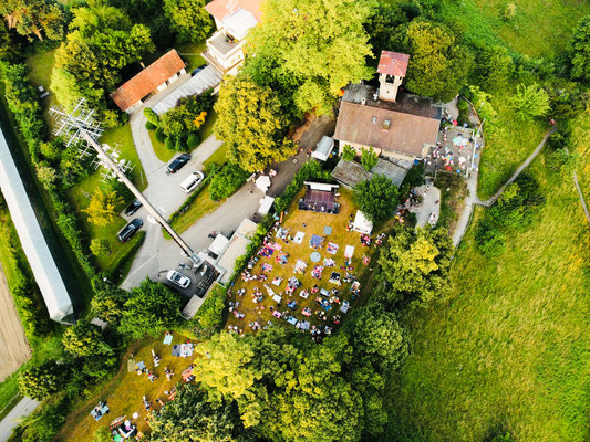 10: Blick von oben: Coronakonforme Picknick-Quadrate mit Mindestabstand  (Foto von Gianni Seufert)