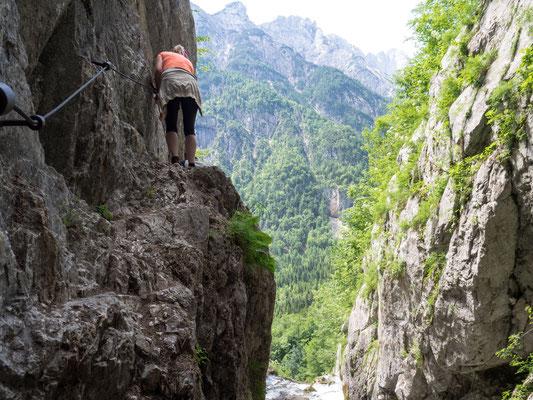 Schmaler Kletterweg mit Blick durch die Schlucht