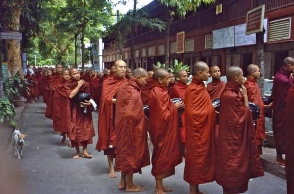 Mönche stehen an, um Essen zu bekommen