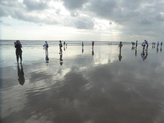 Bild: Wandern am langen Strand von Seminyak auf Bali