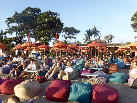 Bild: Restaurants am Strand von Seminyak auf Bali die zum Chillen einladen