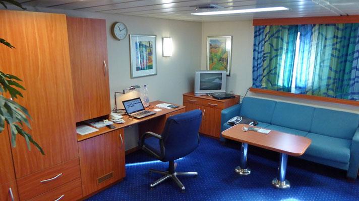 Bild: Die Koje auf dem Containerschiff - Couch und Arbeitsplatz