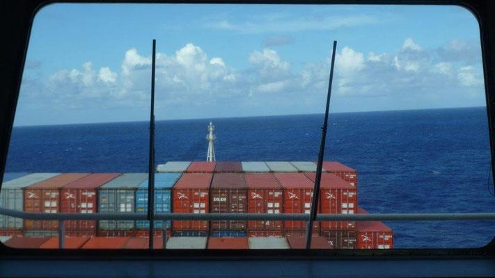 Bild: Blick von der Brücke auf die Container des Schiffes