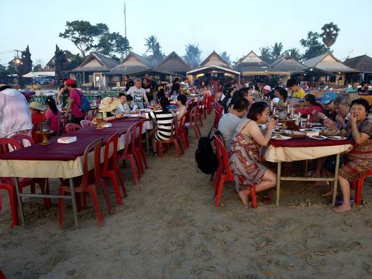 Bild: Tische zum Fischessen am Strand von Jimbaran