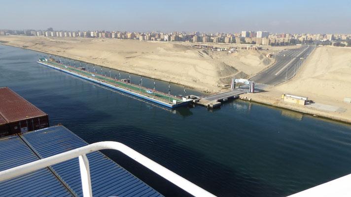 Bild: Kleine Fähren über den Suezkanal