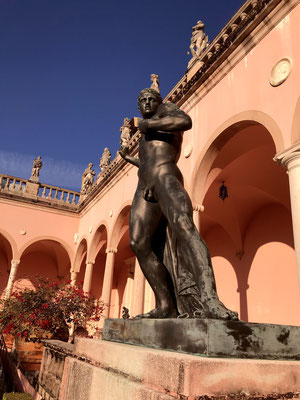 Bild: Skulptur im Innenhof