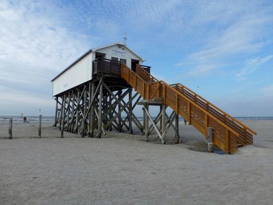Bild: Pfahlbau-Toiletten am Strand von St. Peter-Ording