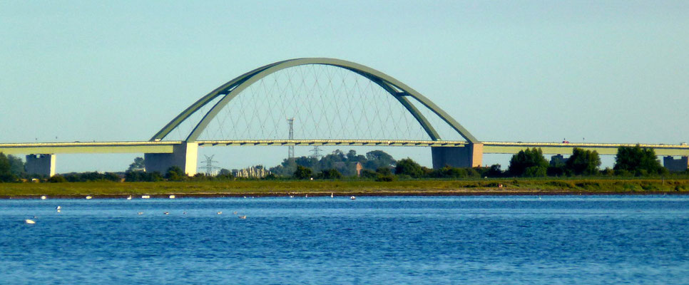 Blick auf die Fehmarnsundbrücke von Lemkenhafen