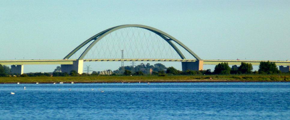 Bild: Blick auf die Fehmarnsundbrücke von Lemkenhafen