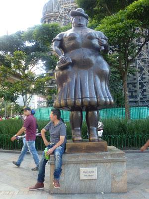 "Bild: Botero Plaza, ""Die Frau"""