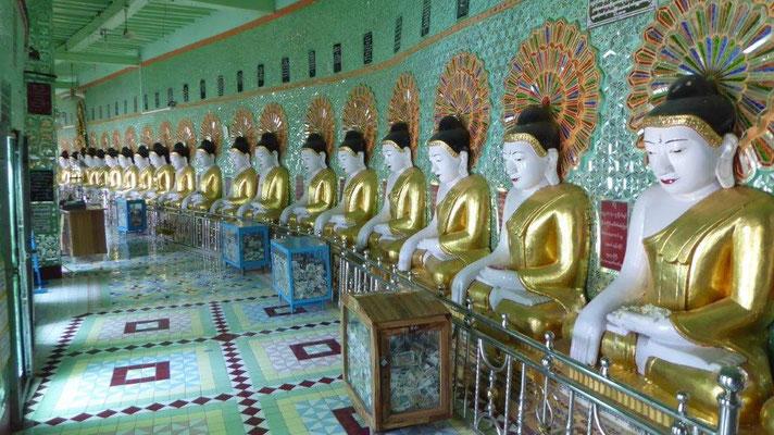 Bild: Eine Reihe Buddhas im Tempel