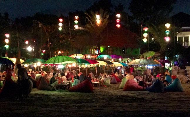 Bild: Restaurant am Strand von Seminyak am Abend