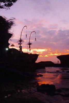 Bild: Balifahnen vorm Sonnenuntergang beim Wassertempel Puri Tanan
