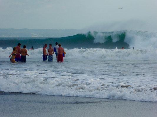 Bild: Wasservergnügen am Strand von Seminyak bei hohen Surferwellen
