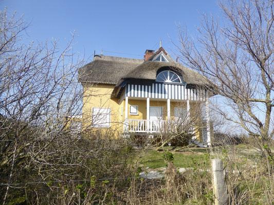 Bild: Gelbes Haus auf dem Vogelschutzgebiet Graswarder