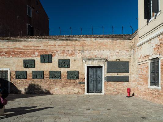 Bild: Gedenkplatten im Innenhof eines Gebäudes im Ghetto von Venedig