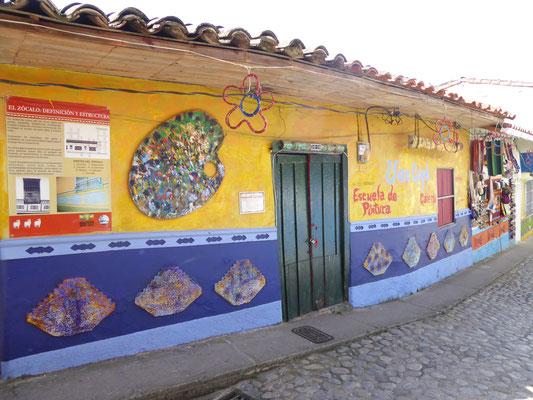 Bild: Bunt verzierte Häuser in Guatapé
