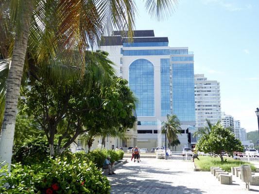 Bild: Altes Kolonialhaus und moderne Architektur in Santa Marta