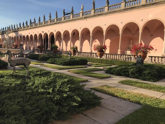 Bild: Loggien im zentralen Innenhof des Museums