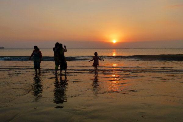 Bild: Untergehende Sonne am Stand von Jimbaran