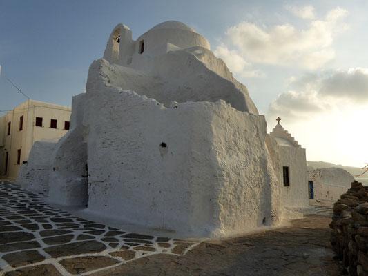 Bild: Die Panagia-Paraportiani-Kirche in Mykonos zur Abenddämmerung