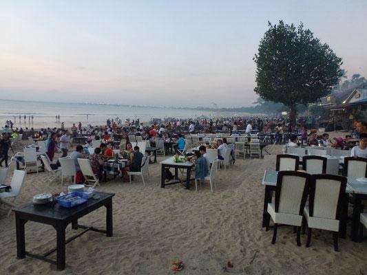 Bild: Tische am Strand von Jimbaran
