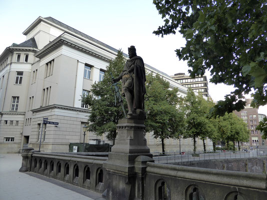 Bild: Trostbrücke mit Statue Graf Adolf III