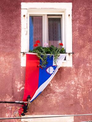 Nationalfahne an der Hauswand