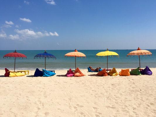 Bild: Sonnenschirme am Strand von Jimbaran