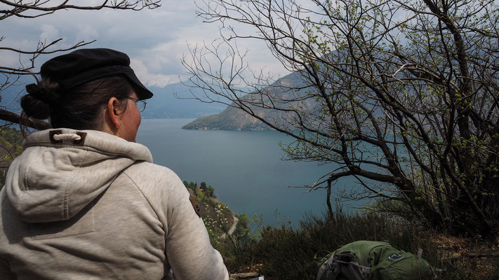 Bild: Judith blickt auf den herrlichen See