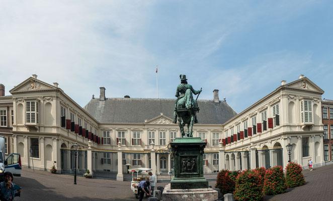 Bild: Innenhof mit Reiterstatue im Palais Nordeinde in Den Haag