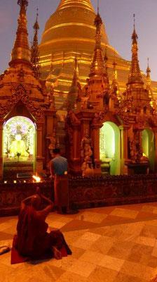 Bild: Tempelanlage in der Abenddämmerung