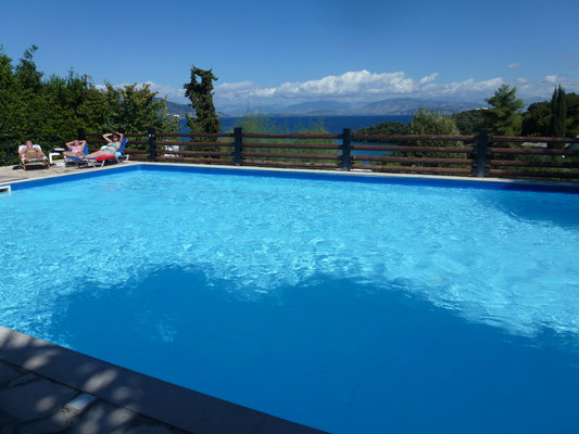 Bild: Blick über den Swimmingpool