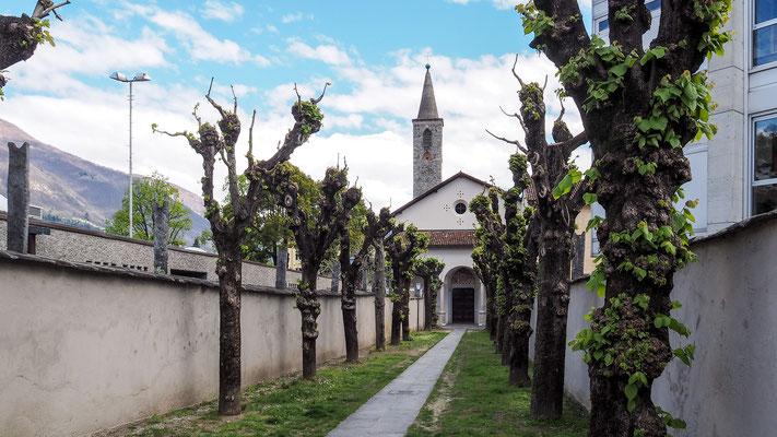 Bild: Weg zur Dorfkirche