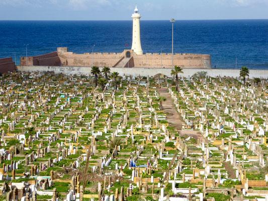 Bild: Blick über den Friedhof zum Meer