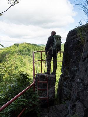 """Bild: Grandioser Ausblick vom Naturdenkmal """"Gänseschnabel"""" über das Beretal im Südharz"""