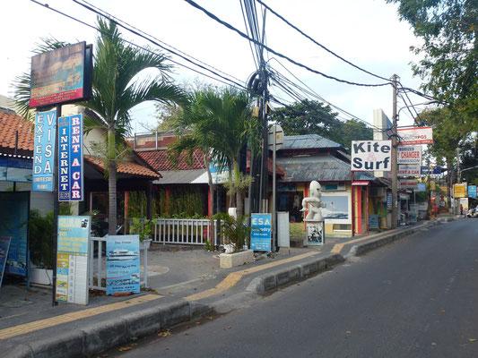 Bild: Balinesische Straße mit vielen Restaurants