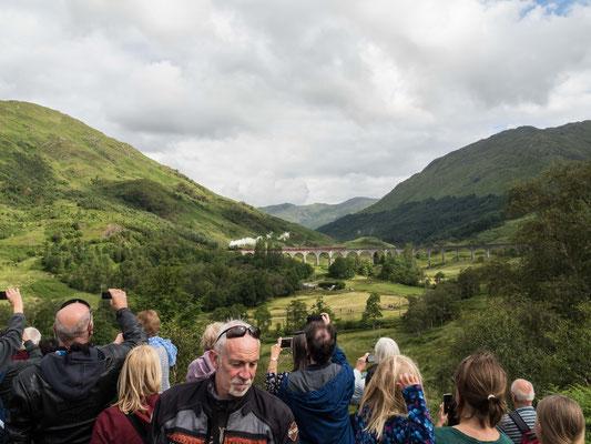 """Bild: Touristen warten auf """"The Jacobite"""""""