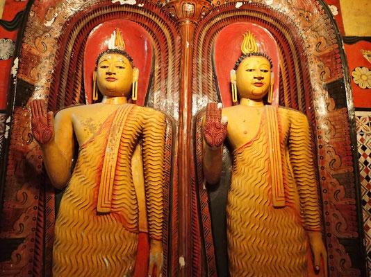 Bild: Zwei stehende Buddhafiguren