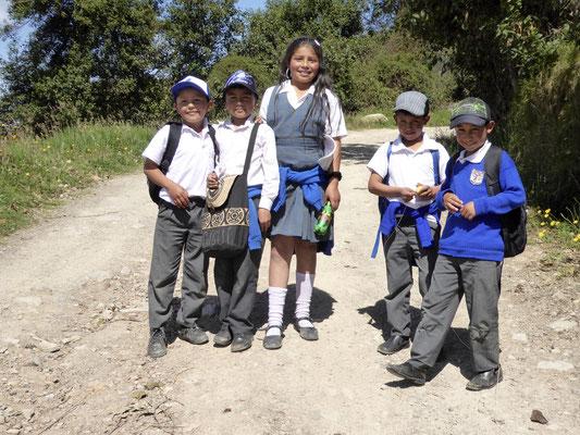 Bild: Schulkinder kommen uns aus Mongui entgegen