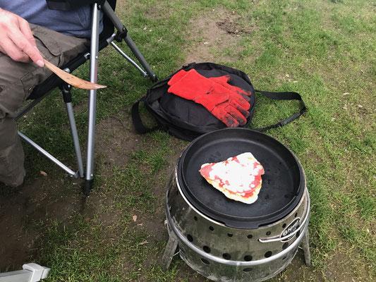 Bild: Grill bereitet die leckere Pizza vor