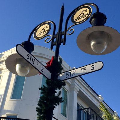Straßenschild 5th Avenue von Naples