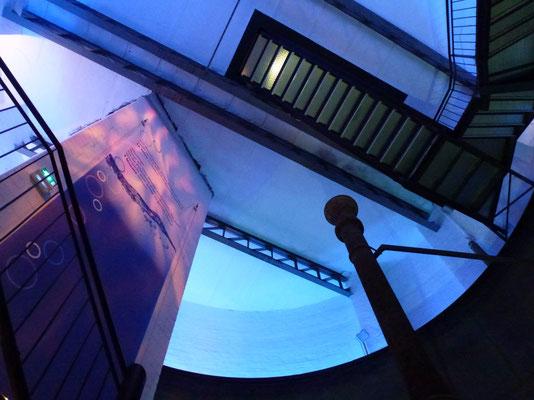 Bild: Treppenaufgang von unten
