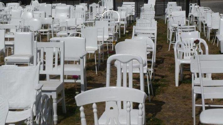 Bild: 185 Stühle für die Erdbebenopfer