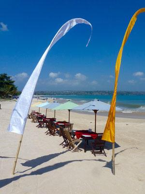 Bild: Baliflaggen am Strand von Jimbaran