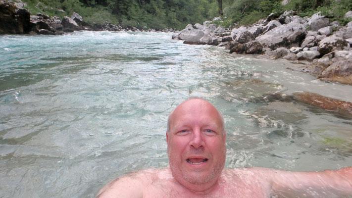 Thomas im eiskalten Fluss Soća