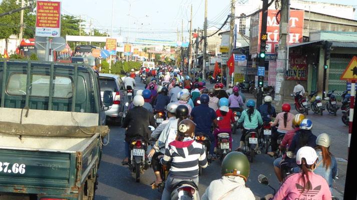 Bild: Unzählige Mopeds auf den Straßen von Hanoi