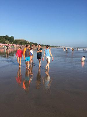 Bild: Bummeln am Strand von Seminyak