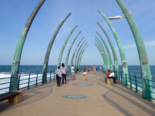 """Bild: Der ausgezeichnete """"Wale Bone Pier"""" von Umhlanga Beach"""