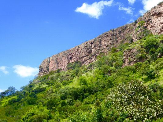 Bild: Felsformation bei der Fahrt durch das Valley of Thousand Hills